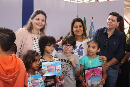 Notícias de Águas Lindas - Aleandra Sousa participa do evento de entrega de brinquedos na Escola Municipal Vereador Érico Souza Ferreira