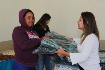 Gestão Hildo do Candango entrega cobertores para catadores de materiais recicláveis