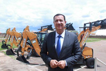 Notícia de Águas Lindas – Prefeitura de Águas Lindas recebe três retroescavadeiras do Governo de Goiás