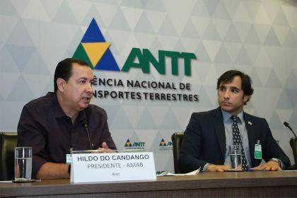 Hildo do Candango realiza a entrega do termo de adesão ao programa Em direção ao futuro para a ANTT