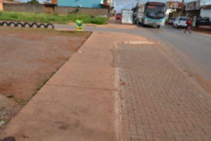 Notícias de Águas Lindas - Construção de calçadas e estacionamentos nas avenidas dos Jardins Barragem I e II traz mais comodidade a população