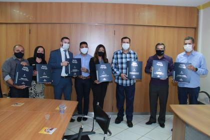 Notícia de Águas Lindas - Hildo do Candango recebeu em seu gabinete a SBB, que trouxe Bíblias Sagradas em braille para cidade